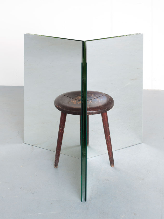 Alicja Kwade, Ein Hocker Ist Ein Bild, 2015, Spiegel, Hocker / Mirrors, Stool, Courtesy Alicja Kwade And KÖNIG GALERIE, Photo Roman März
