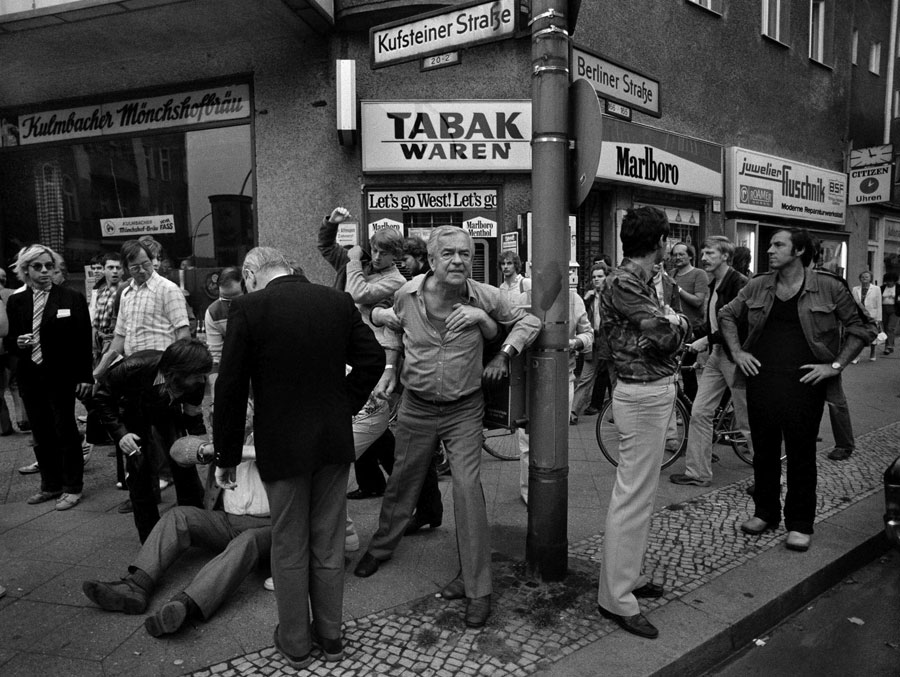 Christian Schulz (*1961), Aufgebrachte Bürger Beschimpfen Teilnehmer Einer Vorbeiziehenden Demonstration / Angered Citizens Insult Participants To A Demonstration, Kufsteiner Straße In Schöneberg, 1981, Silber Gelatine Print / Silver Gelatin Print, 30,0 X 39,9 (34,0 X 44,0) Cm, Printed 2016 © Christian Schulz