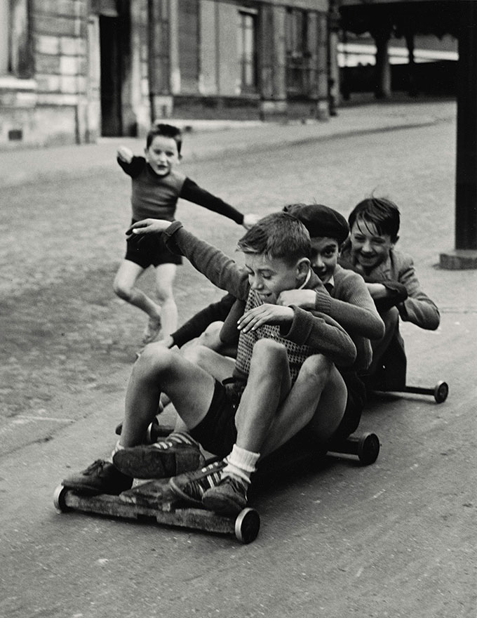 © Sabine Weiss, Enfants Jouant, Rue Edmond-Flamand, Paris, 1952