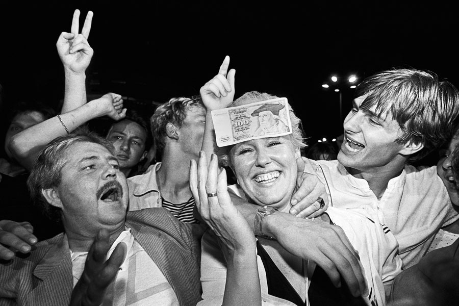 East Germans Receive The West German Currency For The First Time, In The Night Before 1st July, Alexanderplatz, East-Berlin 1990 © Ann-Christine Jansson